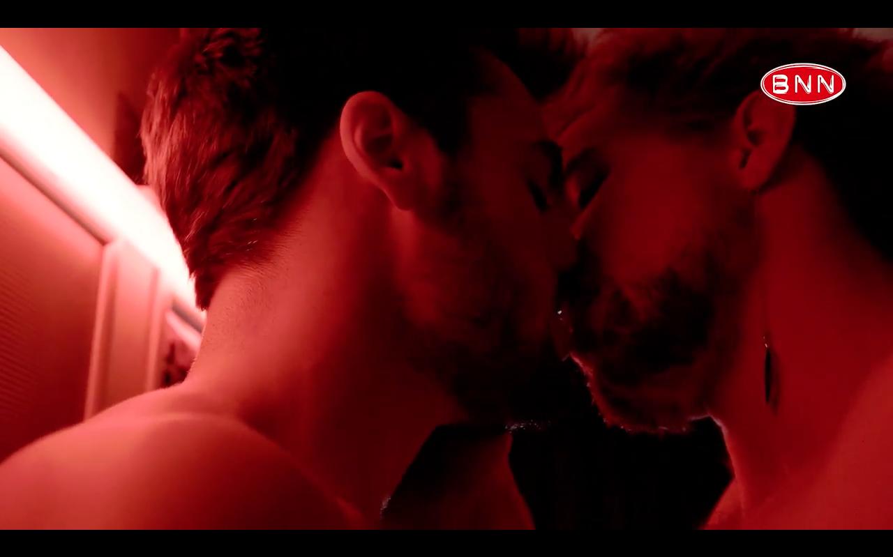 Queer amsterdam screenshot bram en jesse darkroom zoenend